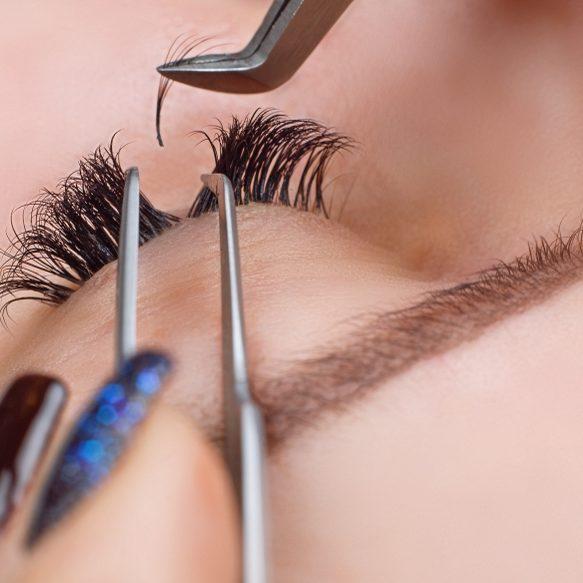 072314871-eyelash-extension-procedure-wo